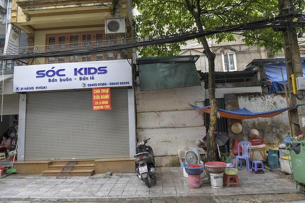 Hàng loạt cửa hàng ở phố cổ Hà Nội lần thứ hai lao đao vì dịch Covid-19  - Ảnh 9.