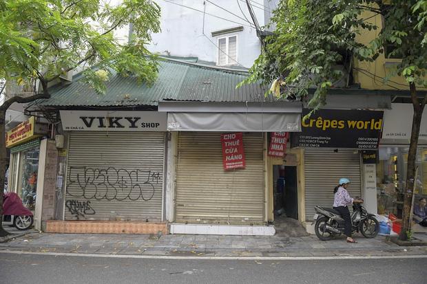 Hàng loạt cửa hàng ở phố cổ Hà Nội lần thứ hai lao đao vì dịch Covid-19  - Ảnh 10.