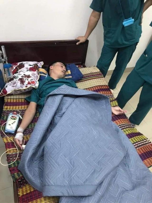 Xúc động: Nhân viên cấp cứu 115 Đà Nẵng quần áo ướt sũng, kiệt sức tới mức phải truyền nước khi căng mình chống dịch Covid-19 - Ảnh 1.