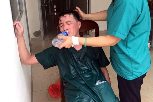 Xúc động: Nhân viên cấp cứu 115 Đà Nẵng quần áo ướt sũng, kiệt sức tới mức phải truyền nước khi căng mình chống dịch Covid-19 - Ảnh 2.