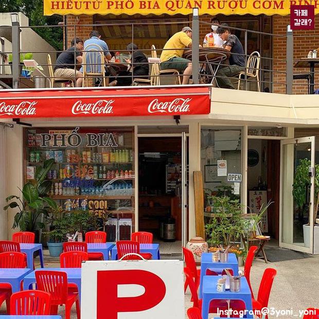 Có một quán ăn đậm chất vỉa hè Việt Nam giữa lòng Seoul: Copy từ bàn nhựa xanh ghế đỏ, đồng phục quán độc đáo có 1 không 2  - Ảnh 2.
