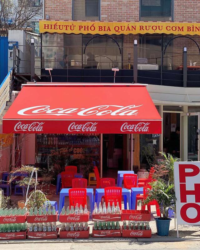Có một quán ăn đậm chất vỉa hè Việt Nam giữa lòng Seoul: Copy từ bàn nhựa xanh ghế đỏ, đồng phục quán độc đáo có 1 không 2  - Ảnh 3.