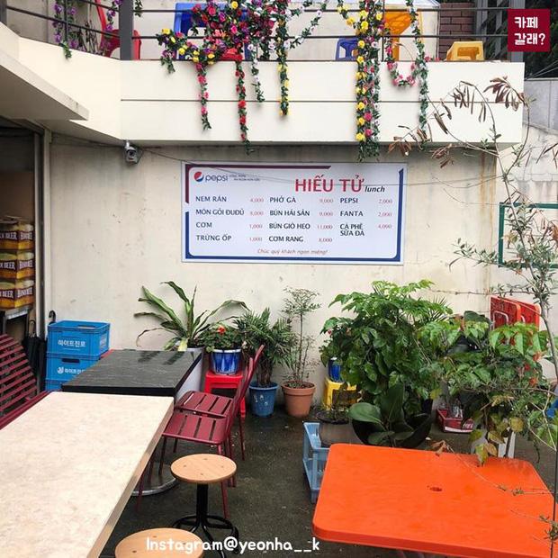 Có một quán ăn đậm chất vỉa hè Việt Nam giữa lòng Seoul: Copy từ bàn nhựa xanh ghế đỏ, đồng phục quán độc đáo có 1 không 2  - Ảnh 4.