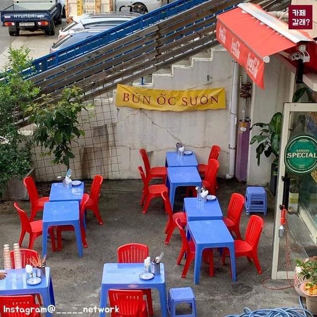 Có một quán ăn đậm chất vỉa hè Việt Nam giữa lòng Seoul: Copy từ bàn nhựa xanh ghế đỏ, đồng phục quán độc đáo có 1 không 2  - Ảnh 5.