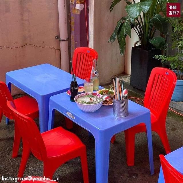 Có một quán ăn đậm chất vỉa hè Việt Nam giữa lòng Seoul: Copy từ bàn nhựa xanh ghế đỏ, đồng phục quán độc đáo có 1 không 2  - Ảnh 6.