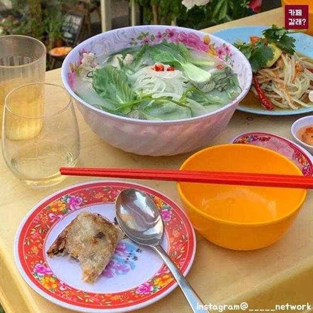 Có một quán ăn đậm chất vỉa hè Việt Nam giữa lòng Seoul: Copy từ bàn nhựa xanh ghế đỏ, đồng phục quán độc đáo có 1 không 2  - Ảnh 10.