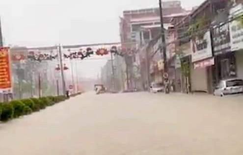 Mưa lớn trong nhiều giờ, TP. Điện Biên Phủ ngập trong biển nước - Ảnh 5.