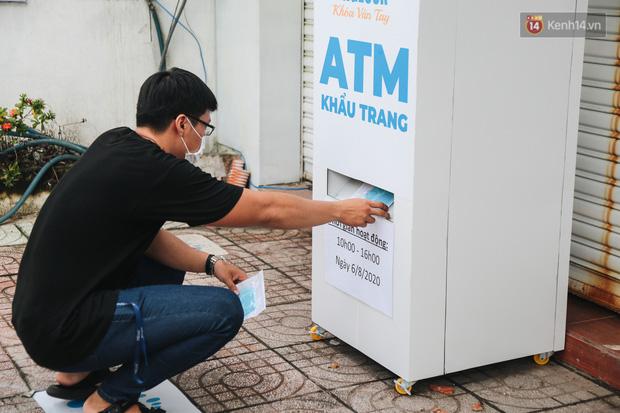 Cha đẻ ATM gạo lần đầu cho ra đời ATM khẩu trang miễn phí cho bà con Sài Gòn phòng dịch Covid-19 - Ảnh 8.
