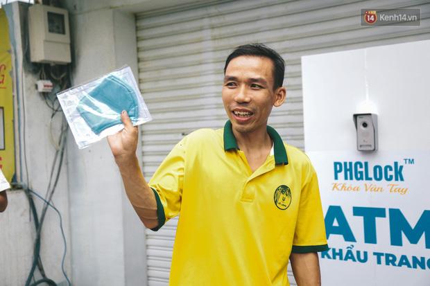Cha đẻ ATM gạo lần đầu cho ra đời ATM khẩu trang miễn phí cho bà con Sài Gòn phòng dịch Covid-19 - Ảnh 9.