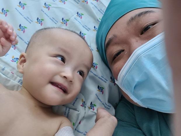 Chị em Trúc Nhi - Diệu Nhi tươi cười nắm lấy tay bác sĩ, dự kiến sẽ tập đi trong 6 tuần tới - Ảnh 1.