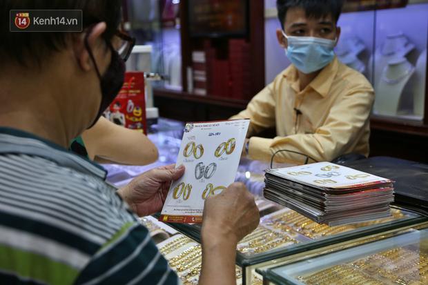 Ảnh: Giá vàng kỷ lục vượt ngưỡng 62 triệu đồng/lượng, người dân xếp hàng dài, chen nhau mua bán - Ảnh 10.
