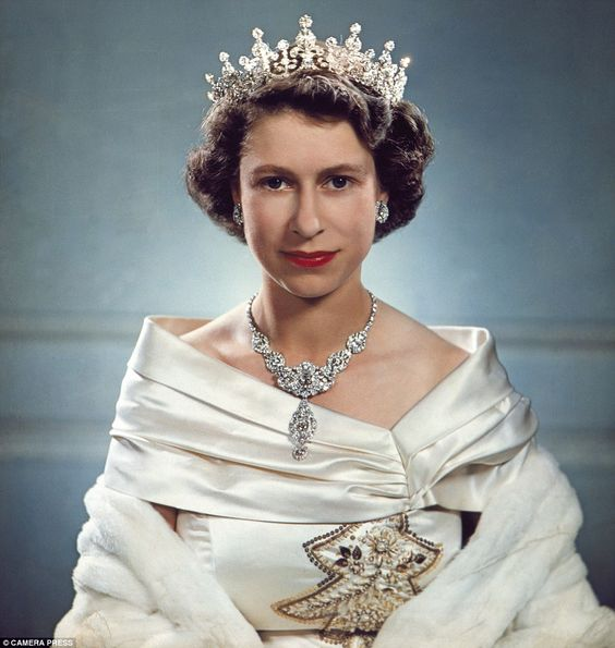 Một loạt ảnh hiếm thời trẻ của Nữ hoàng Anh cho thấy bà đích thực là tuyệt sắc giai nhân với khí chất khó ai sánh bằng - Ảnh 11.
