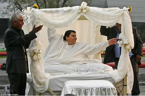 Cận cảnh cuộc sống của người đàn ông nặng nhất thế giới gần 600kg, cả khi cưới và lúc chết đưa tang đều phải thuê xe tải cỡ lớn - Ảnh 6.
