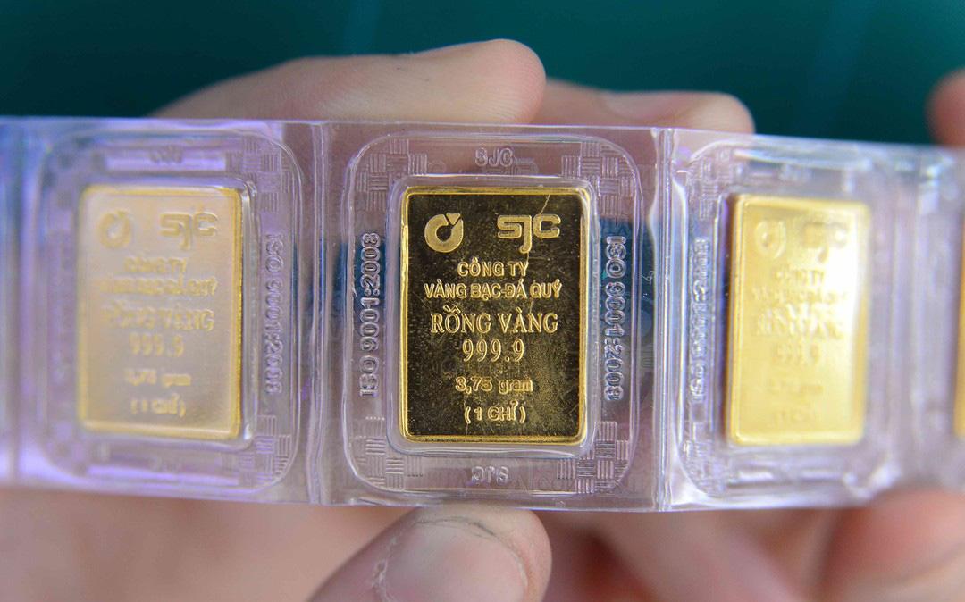 """Giá vàng cuối tuần bất ngờ lao dốc, """"bốc hơi"""" 2 triệu đồng/lượng"""