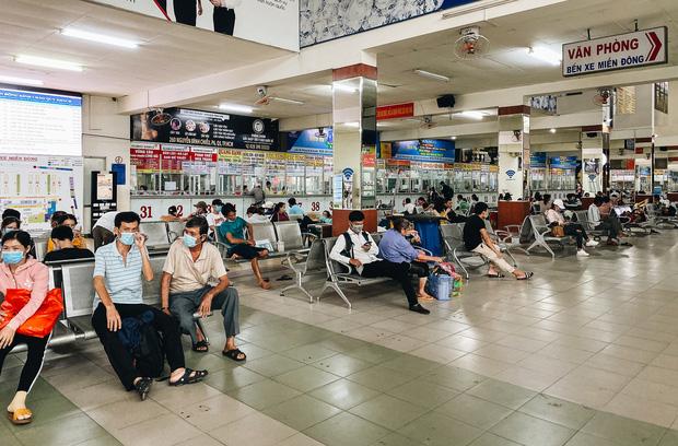"""2 bến xe lớn nhất Sài Gòn """"ngấm đòn"""" Covid-19, nhà xe hạ giá vé vì ế khách trong dịp nghỉ lễ Quốc khánh - Ảnh 4."""