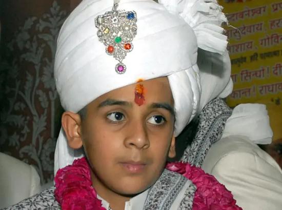 Vị vua Ấn Độ 21 tuổi: Sở hữu 2,8 tỷ USD, đẹp trai lịch lãm, đặc biệt... vẫn còn độc thân - Ảnh 3.