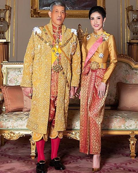 Bức tranh vua Thái Lan tặng Hoàng quý phi vừa được phục vị khiến dân mạng xuýt xoa vì quá đáng yêu, thể hiện tình cảm hết mức dành cho vợ - Ảnh 3.