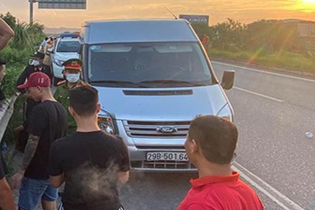 Khoảnh khắc chiến sĩ CSCĐ cố gắng bám chặt cần gạt nước xe khách trước khi ngã xuống đường và bị tông tử vong - Ảnh 2.
