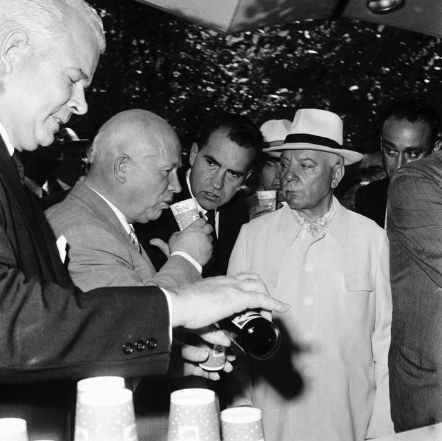 Pepsi vs Coca: Cuộc chiến tại Liên Xô và câu chuyện đổi tàu ngầm lấy nước ngọt  - Ảnh 1.