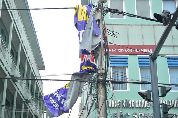 Cây ngã la liệt khiến 1 người chết và nhiều người bị thương, toàn tỉnh Thừa Thiên Huế mất điện sau khi bão số 5 đổ bộ - Ảnh 11.