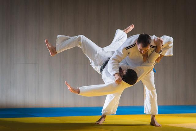 Gửi con lên chùa để sửa tính nhút nhát, 3 tháng sau, ông bố phải xấu hổ vì phản ứng của mình khi xem con thi đấu karate  - Ảnh 1.