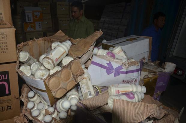 Hà Nội: Phát hiện hơn 10.000 chai sữa chua không rõ nguồn gốc - Ảnh 2.