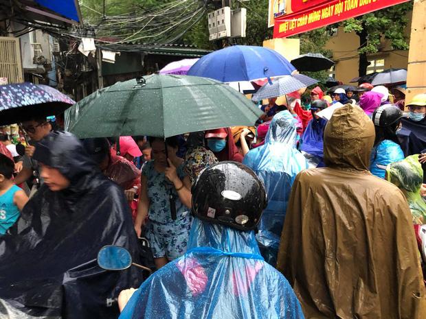 Ảnh: Cơn mưa xối xả đổ xuống Hà Nội giờ tan học khiến nhiều phụ huynh, học sinh mệt nhoài trên đường về nhà - Ảnh 3.