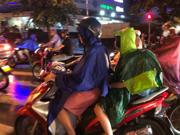 Ảnh: Cơn mưa xối xả đổ xuống Hà Nội giờ tan học khiến nhiều phụ huynh, học sinh mệt nhoài trên đường về nhà - Ảnh 5.