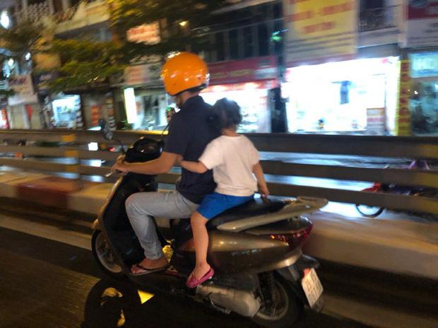 Ảnh: Cơn mưa xối xả đổ xuống Hà Nội giờ tan học khiến nhiều phụ huynh, học sinh mệt nhoài trên đường về nhà - Ảnh 7.