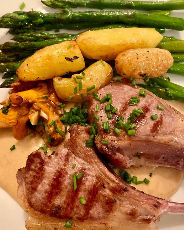 Bữa ăn cuối cùng trên chuyến tàu Titanic: Có thịt cừu sốt bạc hà, cá hồi sốt mousseline và vô số kể các món ngon khác - Ảnh 9.