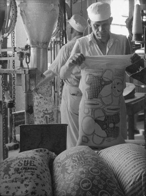 Phát hiện nhiều phụ nữ may quần áo bằng bao tải vì quá nghèo, công ty lúa mì ở Mỹ dùng vải hoa làm bao tải để mọi người có trang phục đẹp hơn - Ảnh 3.