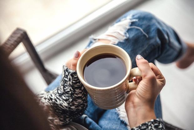 Uống cà phê mỗi ngày, người phụ nữ 30 tuổi bị loãng xương: có 4 nhóm người nên nói KHÔNG với loại đồ uống này - Ảnh 3.
