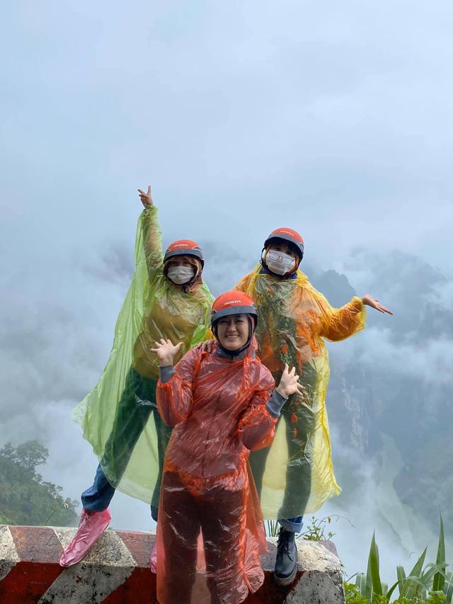 Hà Giang hoang sơ nhưng đầy thơ mộng: Chinh phục dốc Bắc Sum hiểm trở, ngắm dòng Nho Quế xanh mướt giữa núi đá, hẻm Tu Sản ôm mây  - Ảnh 2.