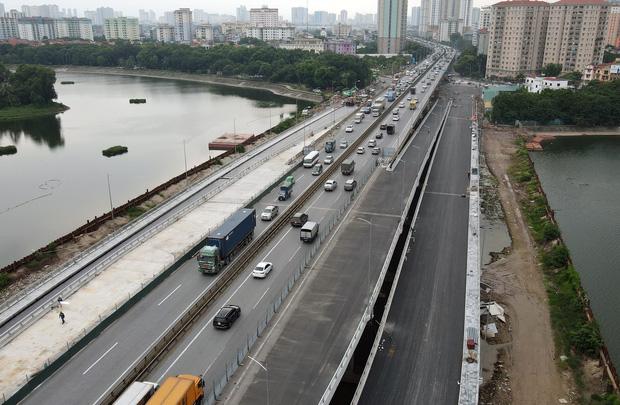 Cận cảnh tuyến đường vành đai 3 đi thấp qua hồ Linh Đàm đang trong quá trình hoàn thiện - Ảnh 15.