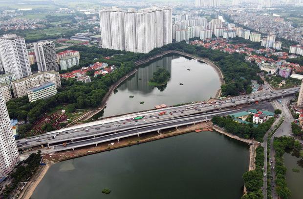 Cận cảnh tuyến đường vành đai 3 đi thấp qua hồ Linh Đàm đang trong quá trình hoàn thiện - Ảnh 6.