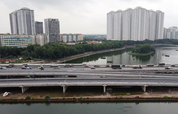 Cận cảnh tuyến đường vành đai 3 đi thấp qua hồ Linh Đàm đang trong quá trình hoàn thiện - Ảnh 7.