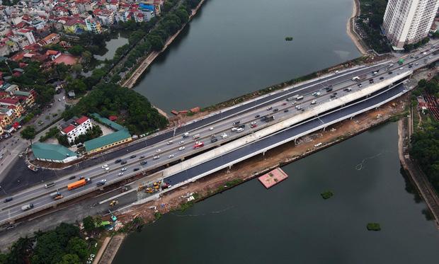 Cận cảnh tuyến đường vành đai 3 đi thấp qua hồ Linh Đàm đang trong quá trình hoàn thiện - Ảnh 9.