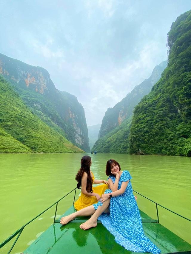 Hà Giang hoang sơ nhưng đầy thơ mộng: Chinh phục dốc Bắc Sum hiểm trở, ngắm dòng Nho Quế xanh mướt giữa núi đá, hẻm Tu Sản ôm mây  - Ảnh 9.