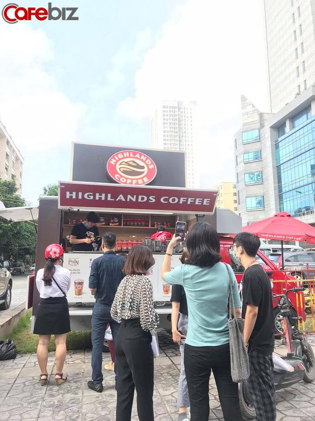 Highlands Coffee đổ bộ đường phố Hà Nội: Đầu tư hẳn ô tô lưu động, giá rẻ hơn 16.000 đồng  - Ảnh 1.