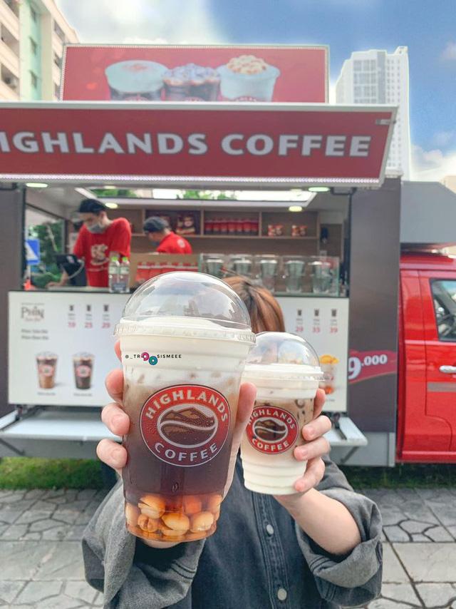 Highlands Coffee đổ bộ đường phố Hà Nội: Đầu tư hẳn ô tô lưu động, giá rẻ hơn 16.000 đồng  - Ảnh 2.