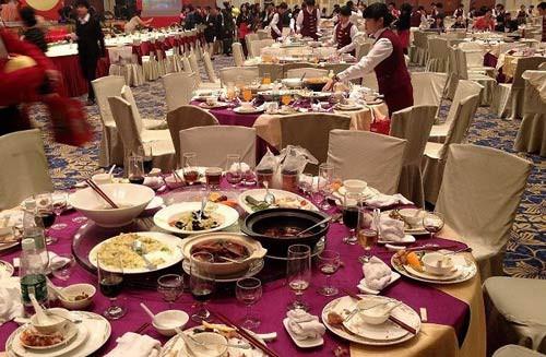 Phát hiện 1 ông lão vào tiệc cưới trộm thức ăn thừa, chủ khách sạn đứng từ xa, phản ứng bằng 1 hành động khiến nhân viên thán phục - Ảnh 1.
