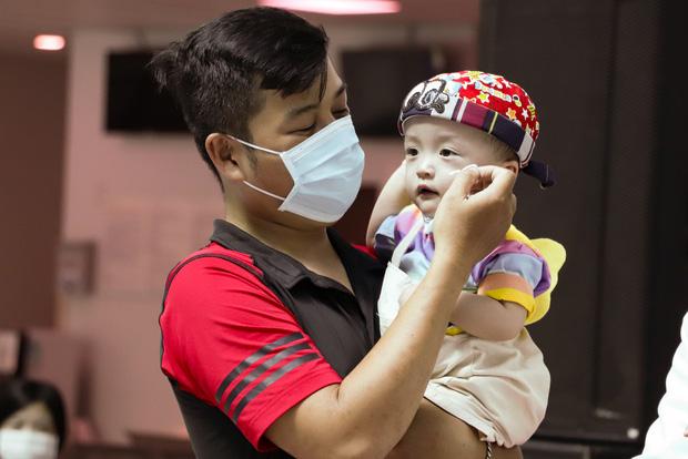 Bố mẹ Trúc Nhi - Diệu Nhi xúc động đón Trung thu đầu tiên với 2 con, tuần sau 2 bé xuất viện về nhà - Ảnh 11.