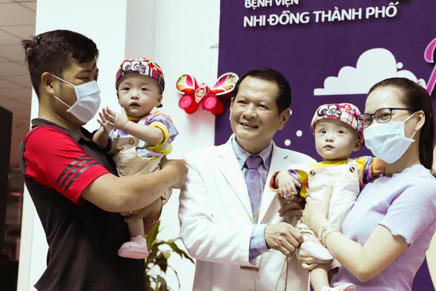 Bố mẹ Trúc Nhi - Diệu Nhi xúc động đón Trung thu đầu tiên với 2 con, tuần sau 2 bé xuất viện về nhà - Ảnh 12.