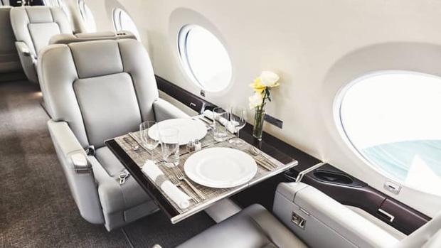 Tiếp viên hàng không cho giới siêu giàu: Bay cùng… xác chết, bồn cầu hàng hiệu, nhận lương vài trăm USD/ngày - Ảnh 3.