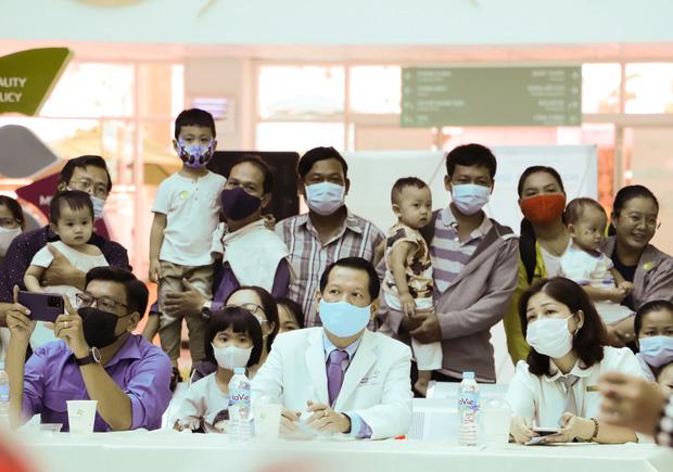 Bố mẹ Trúc Nhi - Diệu Nhi xúc động đón Trung thu đầu tiên với 2 con, tuần sau 2 bé xuất viện về nhà - Ảnh 4.