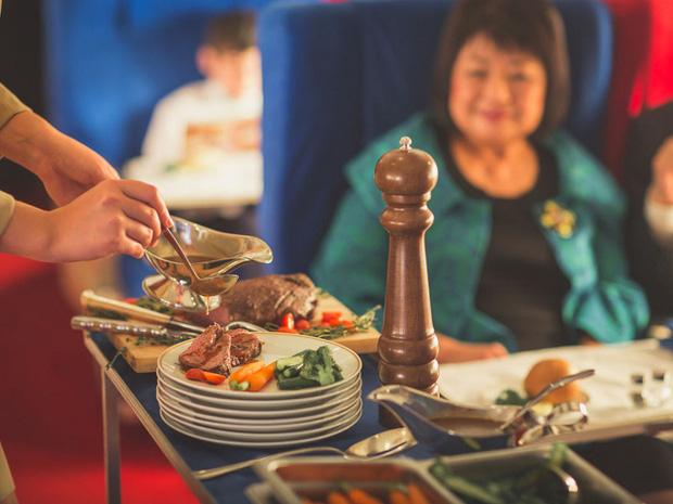 Những sự thật không phải ai cũng biết đằng sau các suất ăn được phục vụ trên máy bay, nghiêm ngặt nhất là cách xử lý đồ thừa - Ảnh 4.