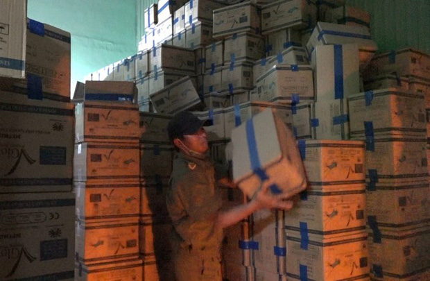 Đột kích nhà kho ở Sài Gòn, phát hiện hơn 4 triệu găng tay y tế qua sử dụng - Ảnh 1.