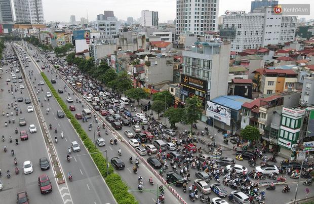 Ảnh: Hà Nội trở lại những ngày ùn tắc từ ngõ ra đường lớn sau khi học sinh sinh viên tựu trường, người dân mệt nhoài vào mỗi giờ cao điểm  - Ảnh 5.