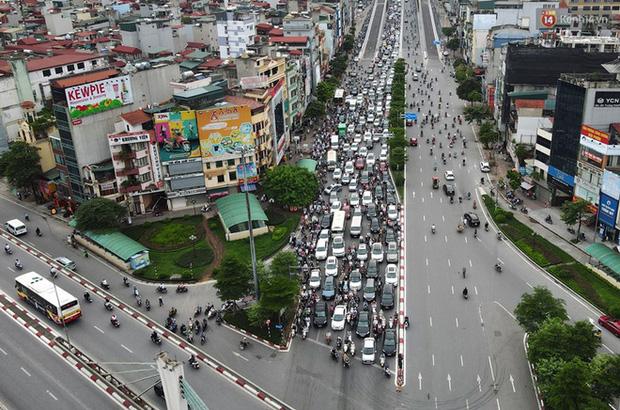 Ảnh: Hà Nội trở lại những ngày ùn tắc từ ngõ ra đường lớn sau khi học sinh sinh viên tựu trường, người dân mệt nhoài vào mỗi giờ cao điểm  - Ảnh 6.
