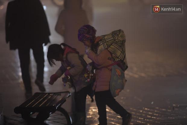 Chùm ảnh: Trẻ em ở Sa Pa bị đẩy ra đường bán hàng cho du khách dưới thời tiết 0 độ C - Ảnh 12.